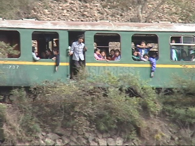 (참고사진) 주행 중 멈춰 버린 열차. 유리창의 거의 없다. 2002년 8월 양강도 혜산시 교외를 중국 측에서 이시마루 지로 촬영(아시아프레스)