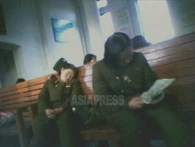 역 대합실에서 열차를 기다리는 여군들. 피곤으로 녹초가 된 병사도 있다. 2008년 12월 남포 역에서 촬영 '민들레'(아시아프레스)