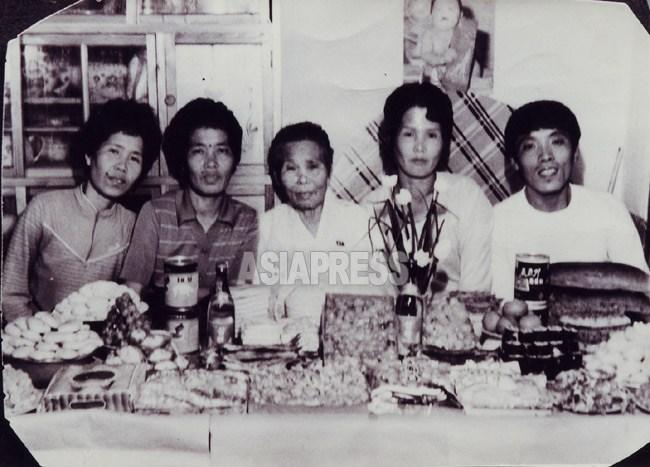 후쿠오카 출신의 김릉자씨(오른쪽에서 두번째) 자제가 모친(중앙)의 칠순을 축하하고 있다. 1993년경일까? 풍성한 요리가 차려져 있지만, 모두 여위여 있다.(아시아프레스)