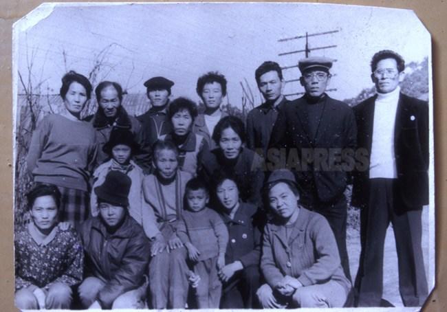 리창선씨(맨 오른쪽)와 김릉자씨(왼쪽 끝)가 1994년 북한에서 찍은 귀국자 친족의 마지막 집합 사진. 리 씨 일가족 4명만 2000년에 한국으로 들어왔다. 나머지는 생사 불명.(아시아프레스)