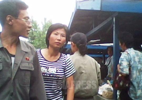 확대해 보았으면 한다. 여성이 입은 것은 헬로키티의 티 셔츠. 본인은 일본산 캐릭터라는 것을 아는지 모르는지. 2010년 6월 평안남도에서 촬영 김동철(아시아프레스)