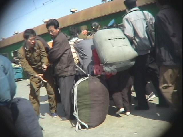 큰 짐을 진 장사꾼들로 북적대는 함경남도의 함흥역. 2005년 6월 촬영 리준(아시아프레스)