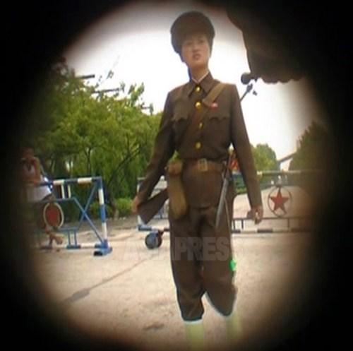 평안남도의 한 대형 공장 내 군 시설을 경비하는 여성. 총을 메고 허리에는 검을 차고 있다. 견장이 없는걸 보아 '노동적위대' 등의 민병으로 보인다. 2009년 8월 촬영 김동철(아시아프레스)