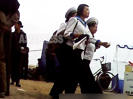 세라복 차림의 여성 해병 3명. 해군 기지가 있는 청진 시가를 걷고 있었다. 2013년 9월 촬영(아시아프레스)