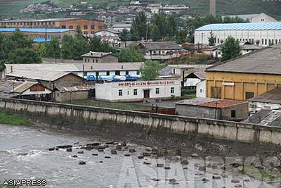 The outskirts of Hyesan, Ryanggang Province in northern North Korea. The river Amrok-gang (called Yalu in Chinese) that forms the border between Changbai Korean Autonomous County in Jilin Province of China and North Korea is pictured. Both sides used to be very active with trade activities. However, customs have remained closed since the 19th, after Kim Jong-il's death. Photo taken from the Chinese side of the river. (July, 2010. Photo by Lee Jin-su)  (C) ASIAPRESS