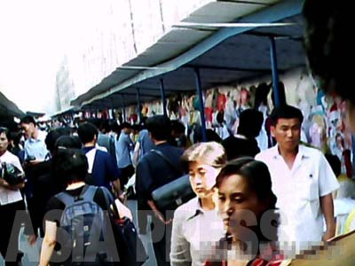 The busy Moran market in the central part of the city. This is a publicly-run market, supervised by the authorities. ( June 2011, Moranbong District, By GU Gwang-ho) ASIAPRESS
