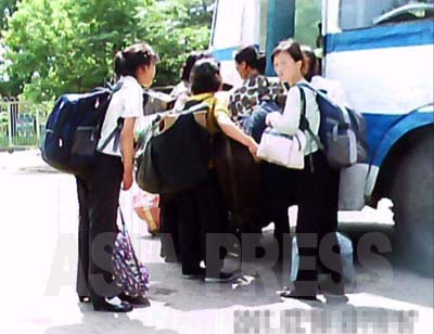 Women heading home by bus carrying large bundles of goods for sale. Such women are never seen in the central part of the city.( June 2011, by Gu Gwang-ho) ASIAPRESS