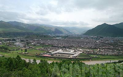 Musan County in the North Hamkyung Province, a border city with a population of more than 100-thousand, seen from the Chinese side. The river running from left to right is the Tuman-gang(Tumen) River. Chinese carrier mobile phones can be used in almost all parts of the county, making this a major base for outflow of information on North Korea by residents. (July 2012)  ASIAPRESS