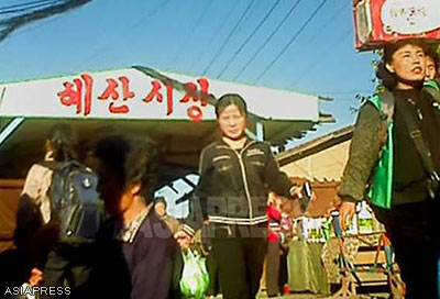 """Ryanggang Province, busy with people. This is the """"Hyesan Market"""" in Hyesan City. (November 2012 Taken by Rimjin-gang's reporting partner in North Korea) ASIAPRESS"""