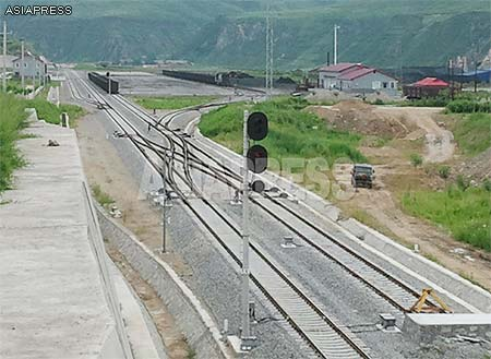He-Ping Railway, Nanpingzhen: trains to North Korea set off from this point. The mountains in the background of the photo are in North Korea. (August, 2013)ASIAPRESS