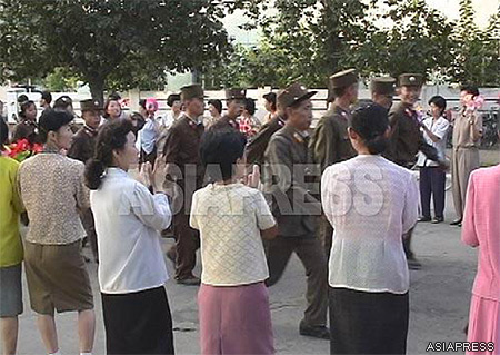 On the occasion of the 2006 ballistic missile launch, the North Korean government announced 'a state of pre-wartime', and called for the enlistment of volunteer soldiers. The photo above shows newly enlisted soldiers marching to the applause of local people in Chongjin. (Taken by undercover reporter LEE Jun. 2006. Chongjin, North Hamkyung Province)  ASIAPRESS