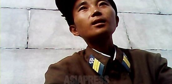 Loosely fitting uniform around neck. A 30-year old noncommissioned officer said that he was on his way to home because of malnutrition. He belonged to a construction corps. Taken at Northern region on August 2013. (ASIA PRESS)